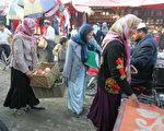 图为新疆和田市的一个市场。 (Photo credit should read FREDERIC J. BROWN/AFP/Getty Images)