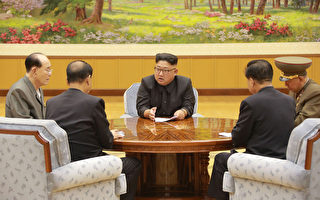 韩国媒体援引消息称,朝鲜在9月中旬突然举行大型演说,对民众宣扬反美、反韩等煽动性言论,试图团结民心,但民众反应冷淡。图为朝鲜领导人金正恩与该国官员。(STR/AFP/Getty Images)
