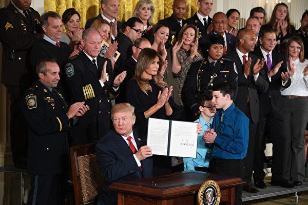 川普上週四(10月26日)表示,美國社會鴉片盛行是「國家恥辱」和「人類悲劇」,並宣布進入「公共衛生緊急狀態」。(JIM WATSON/AFP/Getty Images)