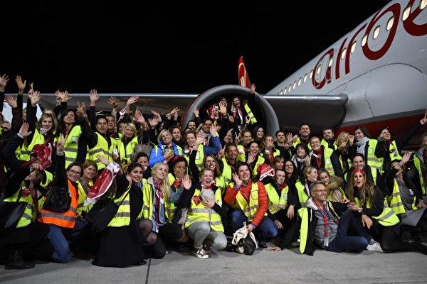 10月27日,最後一班柏林航空的班機在柏林降落,1600多人在柏林Tegel機場熱情等待,他們很多人都是柏林航空的工作人員。(Andreas Gebert/Getty Images)