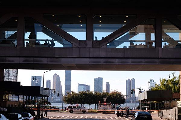 美國紐約曼哈頓西下城地區週二(10月31日)下午,發生卡車駛入自行車道撞人事件,目前已知八人死亡,十多人受傷。(Andy Kiss/Getty Images)