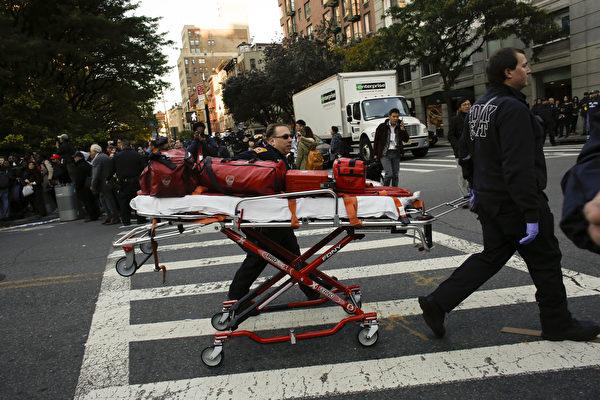 周二(10月31日)下午,美国纽约曼哈顿西下城地区发生卡车撞人事件,目前已知8人死亡,十多人受伤,约市长白思豪将之定为恐怖袭击事件。(Kena Betancur/Getty Images)