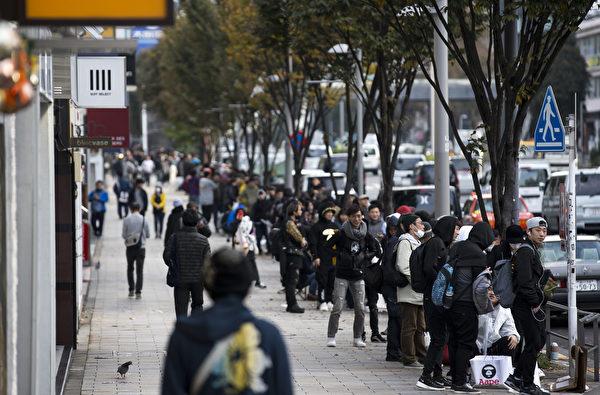 週五(11月3日),全球各地的蘋果商店正式發售iPhone X,數千人在倫敦、東京、悉尼和世界各地的商店之外大排長龍。圖為東京。(Tomohiro Ohsumi/Getty Images)