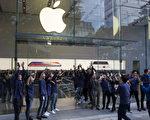 週五(11月3日),全球各地的蘋果商店正式發售iPhone X,數千人在倫敦、東京、悉尼和世界各地的商店之外大排長龍。圖為東京蘋果店。(Tomohiro Ohsumi/Getty Images)