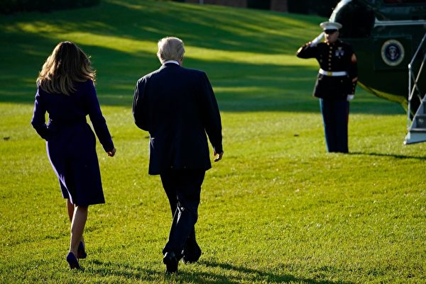 US President Donald Trump and First Lady Melania Trump make their way to board Marine One before departing from the South Lawn of the White House on November 3, 2017 in Washington, DC, embarking on a 11-day tour of Asia. / AFP PHOTO / MANDEL NGAN (Photo credit should read MANDEL NGAN/AFP/Getty Images)