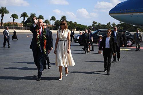 圖為美國總統川普和第一夫人梅拉尼亞11月3日抵達夏威夷的珍珠港聯合基地 - 希卡姆。(JIM WATSON / AFP / Getty Images)