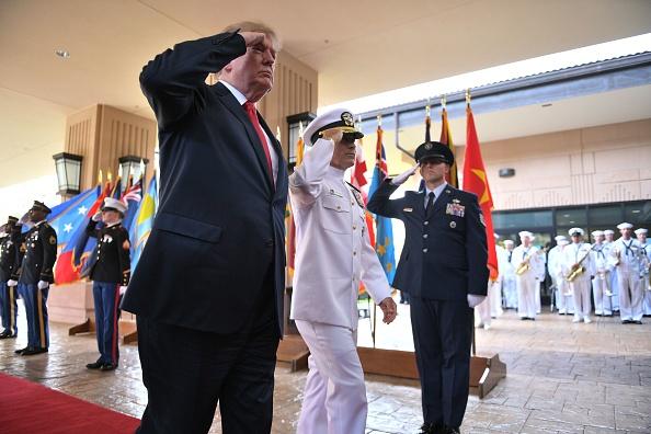 美國總統川普(特朗普)週五(3日)開始上任後的首次亞洲之旅,當日抵達夏威夷,先訪問美軍太平洋司令部。(JIM WATSON/AFP/Getty Images)