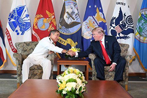 圖為美國總統川普11月3日訪問美軍太平洋司令部,與太平洋司令部司令,海軍上將哈里斯會晤。 (JIM WATSON/AFP/Getty Images)