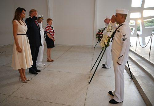 圖為圖為美國總統川普和第一夫人梅拉尼亞11月3日在訪問亞利桑那號紀念館時的獻花圈儀式。 (JIM WATSON/AFP/Getty Images)