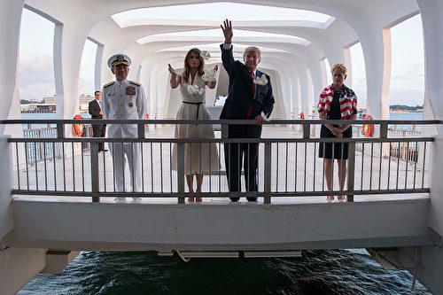 圖為美國總統川普和第一夫人梅拉尼亞11月3日在訪問亞利桑那號紀念館時,將花瓣撒向戰艦沉沒地的水中,哀悼陣亡美軍。 (JIM WATSON/AFP/Getty Images)