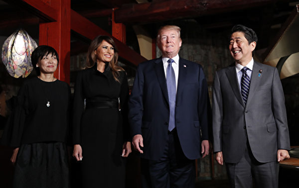 """2017年11月5日,川普总统伉俪及日本首相安倍伉俪在东京的铁板烧餐厅""""银座Ukai-Tei""""共进晚餐。(KIM KYUNG-HOON/AFP/Getty Images)"""
