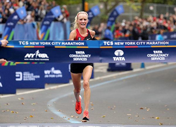 周日(11月5日)举行的第47届纽约马拉松比赛中,美国选手沙兰•弗拉纳根(Shalane Flanagan)赢得了女子组冠军。(Elsa/Getty Images)