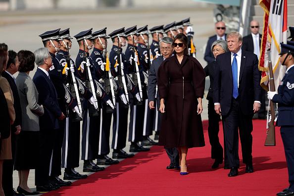 美国总统川普11月7日中午抵达韩国京畿道美军乌山基地,展开对韩国24小时的国事访问。 (Woohae Cho/Getty Images)