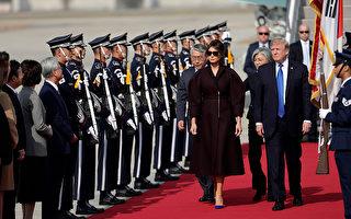 美國總統川普11月7日中午抵達韓國京畿道美軍烏山基地,展開對韓國24小時的國是訪問。 (Woohae Cho/Getty Images)