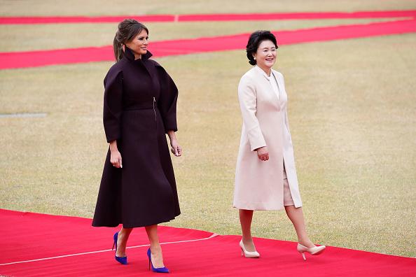 图为11月7日抵韩国访问的美国第一夫人梅拉尼娅和韩国第一夫人金贞淑在欢迎仪式上。(Ahn Young-joon – Pool/Getty Images)