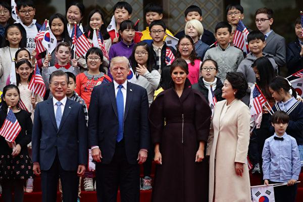 兩國領導人相互問候並與韓美兒童歡迎團合影留念。 (Chung Sung-Jun/Getty Images)