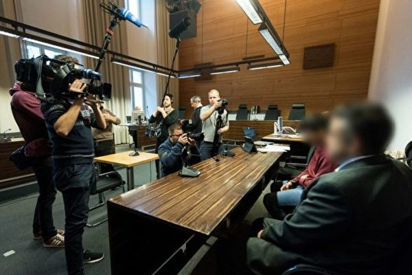 11月7日,曾轟動一時的弗萊堡醫科女生遭姦殺案再次開庭,一份新鑑定結果顯示,被告Huseen K. (右二)已成年,而他原來稱自己作案時只有17歲。是否成年對判決將其決定性作用。(PATRICK SEEGER/AFP/Getty Images)