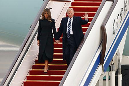 圖為11月8日,川普和第一夫人搭乘空軍一號抵達北京。(THOMAS PETER/AFP/Getty Images)