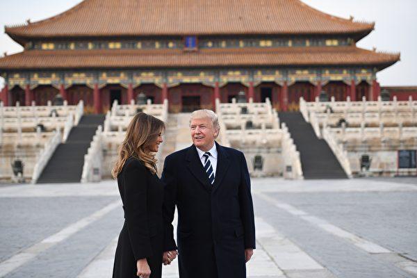 川普夫婦剛結束對日韓中三國的訪問,川普每到一國,都受到了東道主的最高規格招待,而且特點各自不同。圖為川普夫婦在故宮太和殿前。(JIM WATSON/AFP/Getty Images)