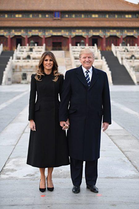 美国总统川普同第一夫人梅拉尼娅在故宫留影。(JIM WATSON/AFP/Getty Images)