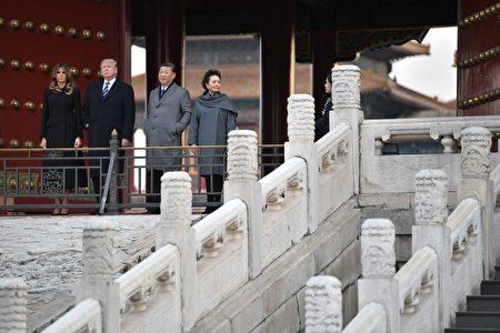 川普夫妇同习近平夫妇,参观故宫前三殿,并在太和殿外合影。(JIM WATSON/AFP/Getty Images)