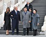 11月8日下午,美国总统川普抵京,展开三天国事访问。部分北京民众期望川普关注中国人权,帮助中国老百姓赢得应有的基本人权。图为美国总统川普同夫人梅拉尼娅及习近平夫妇在故宫留影。(JIM WATSON/AFP/Getty Images)