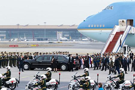 川普乘坐专车离开北京首都机场。(THOMAS PETER/AFP/Getty Images)
