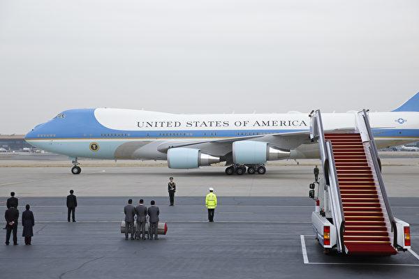 11月8日,川普搭乘空军一号抵达北京。(Thomas Peter-Pool/Getty Images)