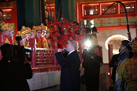 美国总统川普同京剧中的美猴王打招呼。(JIM WATSON/AFP/Getty Images)