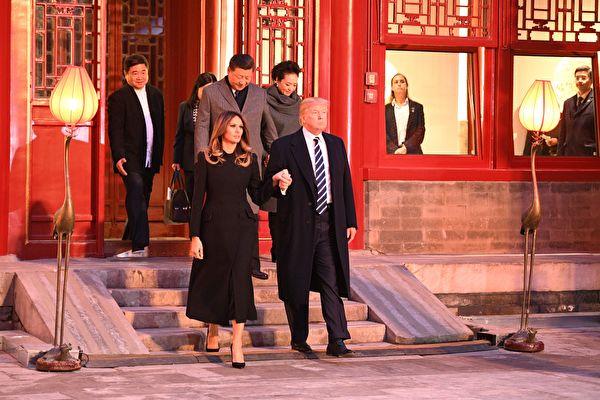 11月8日下午,川普和夫人梅拉妮亚在习近平和夫人的陪同下到故宫参观游览。 (JIM WATSON/AFP/Getty Images)