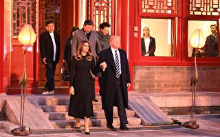 US President Donald Trump (front R) walks with First Lady Melania Trump (front L) as they 8日,习近平夫妇与川普夫妇在紫禁城畅音阁(Changyin Pavilion)阅是楼一起欣赏了三部京剧。(JIM WATSON/AFP/Getty Images)
