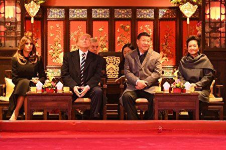 美国总统川普同第二夫人梅拉尼娅在习近平陪同下在故宫观看京剧。(JIM WATSON/AFP/Getty Images)