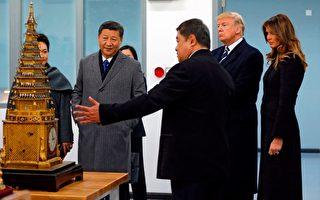 週三(11月8日)在川普剛到北京幾個小時後,媒體曝出,美國和中國公司簽署了19項商業合作協議,價值高達90多億美元。(ANDY WONG/AFP/Getty Images)