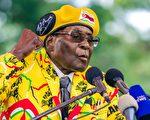 被津巴布韋執政黨非洲民族聯盟-愛國陣線開除,被前同志拋棄,穆加貝本週只剩下總統的空頭名號。津巴布韋的長期盟友中共在這場政變當中的身影若隱若現。(JEKESAI NJIKIZANA/AFP/Getty Images)