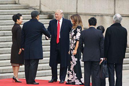 11月9日上午9时许,习近平在人民大会堂东门外广场举行仪式欢迎川普访华。 (Thomas Peter-Pool/Getty Images)
