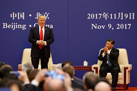 川普与企业家代表对话。 (Thomas Peter-Pool/Getty Images)