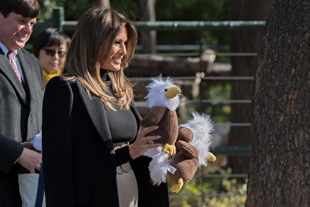 """第一夫人准备了多只象征美国的白头鹰""""美国鹰""""玩偶赠予孩子们。(NICOLAS ASFOURI/AFP/Getty Images)"""