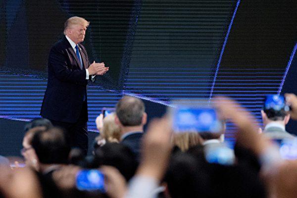 美国总统川普周五(11月10日)抵达越南,在亚太经济合作组织(APEC)CEO峰会上发表演讲。(JIM WATSON/AFP/Getty Images)
