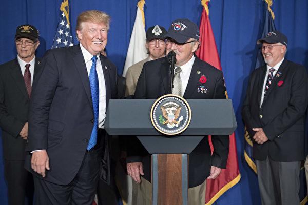 川普在越南岘港市纪念越南战争五十周年之际,介绍越战老兵Stave Hopper(中)。(JIM WATSON/AFP/Getty Images)