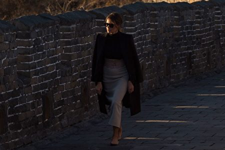 梅拉尼娅漫步慕田峪长城游览。 (NICOLAS ASFOURI/AFP/Getty Images)