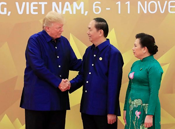 川普参加APEC峰会,和陈大光夫妇会面。(STR/AFP/Getty Images)