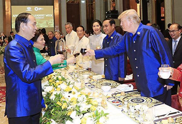 参加亚太经合组织的世界各国领导人在坐下来吃晚饭之前,会穿上这种传统的越南式衬衫。(STR/AFP/Getty Images)