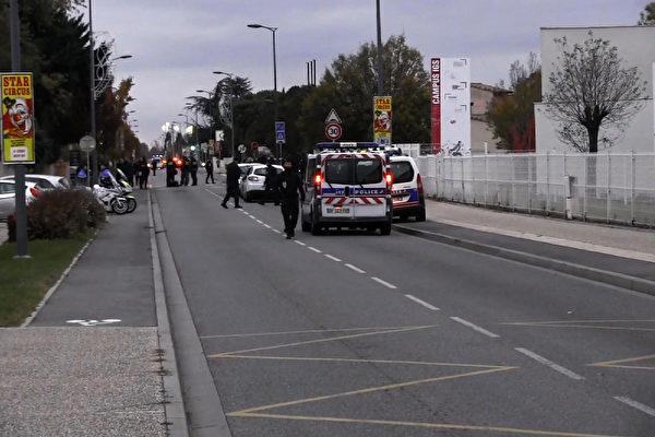 11月10日(周五)下午,3名中国留学生在法国南部图卢兹市(Toulouse)郊区布拉尼亚克镇(Blagnac)被一名男子驾车有意撞伤,其中1人受伤严重。图为警方在事发现场进行调查。(HUGUES JEANNEAU / AFP TV/AFP/Getty Images)