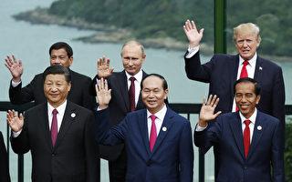 美國總統川普(特朗普)在越南出席APEC峰會時,問習近平:「你知道那幾個人涉嫌偷東西被抓的事嗎?」。 (JORGE SILVA/AFP/Getty Images)