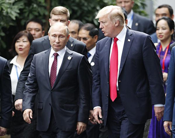 周六(11月11日),美国总统川普(特朗普)和俄罗斯总统普京在越南APEC首脑会议上几次短暂交谈。(JORGE SILVA/AFP/Getty Images)