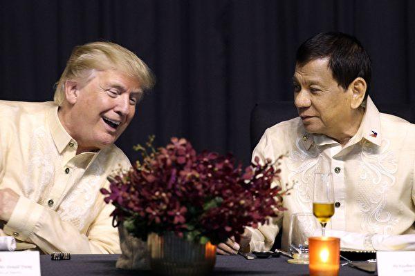 川普除了要在菲律賓參加幾個國際峰會外,還要和菲律賓進行會談。 圖為川普和菲律賓總統杜特爾特。(ATHIT PERAWONGMETHA/AFP/Getty Images)