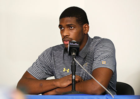 UCLA男籃球員Cody Riley在11月15日的記者會上閱讀聲明。(Josh Lefkowitz/Getty Images)