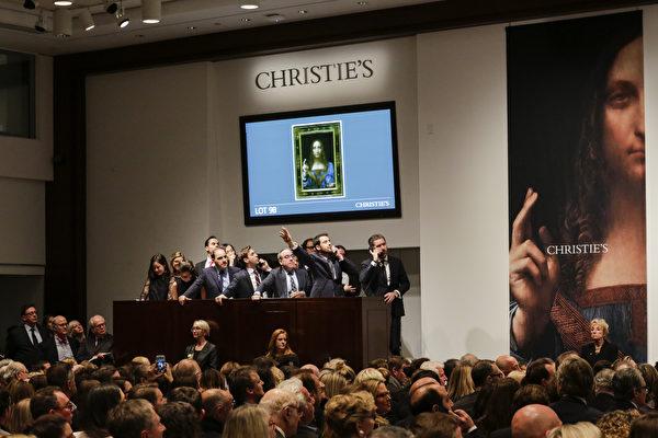 2017年11月15日,佳士得工作人员在纽约举行的达·芬奇《救世主》专场拍卖会上代为竞标。(Timothy A. Clary/AFP/Getty Images)