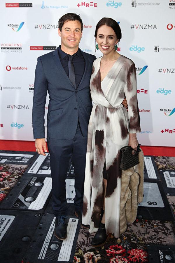 新西蘭總理嘉欣達·阿丹(Jacinda Ardern)及其伴侶克拉克·蓋福德(Clarke Gayford)是頒獎典禮的另一個亮點。(Phil Walter/Getty Images)