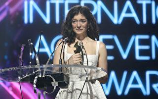 洛德在领取国际成就奖时,禁不住热泪盈眶。(Phil Walter/Getty Images)